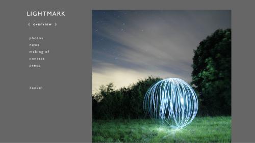 Uma câmera em um tripé, com alto tempo de exposição, uma lanterna e muuuita criatividade.